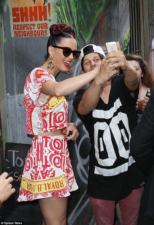 Cô ca sĩ 30 tuổi không ngừng ngại dừng lại để chụp hình chung với các fan của mình