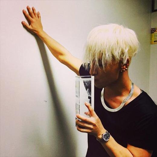 Taeyang không khỏi mê mẩn với chiếc cúp của giải thưởng melOn Musci Award 2014 và đăng hình trên trang cá nhân của mình: 'Cám ơn các bạn rất nhiều, tôi yêu các bạn'.