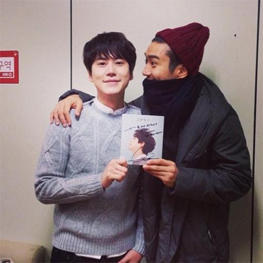 Siwon hào hứng khoe hình chụp cùng Kyuhyun và thể hiện sự ủng hộ của anh: 'Bạn có ghen tị với tôi không? Tôi đang sở hữu album có chữ ký của anh Kyuhyun nè'.