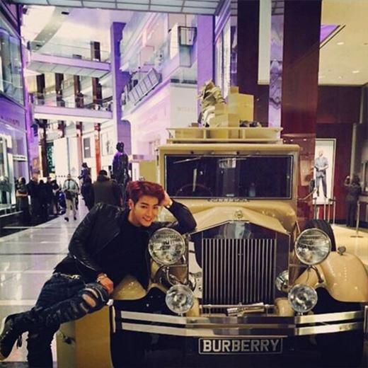 Jun.K không giấu được sung sướng khi được chụp hình cùng chiếc xe cổ ở New York, anh viết trên trang cá nhân của mình: 'Với chiếc xe Burberry tại New York'.