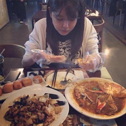 Sooyoung hạnh phúc khi chia sẻ những bức ảnh thỏa mãn việc ăn uống của mình. Cô đã đăng tải hình đang ăn cua và nói: 'Sau món này tôi cảm thấy nhớ Singapore quá'.