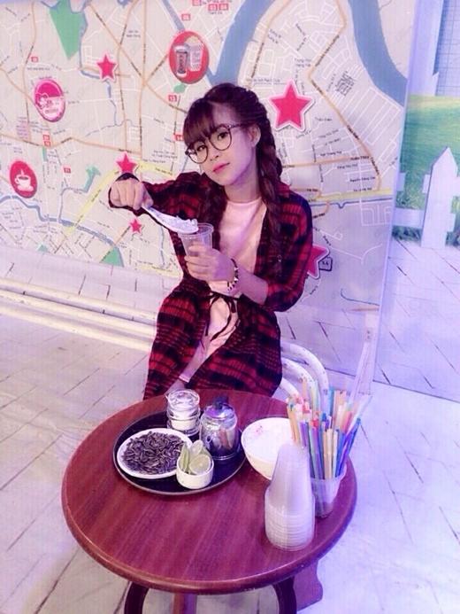 Khởi My hài hước vào vai cô chủ quán trà chanh 'Ngoại ngoại' khiến nhiều fan cười té ghế. Gương mặt đáng yêu và dễ thương của Khởi Mynhận được khá nhiều lời khen của khán giả. - Tin sao Viet - Tin tuc sao Viet - Scandal sao Viet - Tin tuc cua Sao - Tin cua Sao