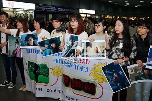 """Rất đông fan của """"Hoàng hậu Ki"""" đã bất chấp thời tiết lạnh có mặt tại sân bay Nội Bài để đón thần tượng"""