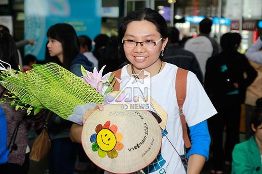 Một bạn nữ còn mang theo hoa và nón lá để gửi tặng cho Ha Ji Won