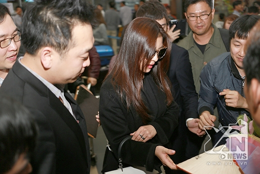 """""""Hoàng hậu Ki"""" vui vẻ đón nhận nón lá - một món quà mang đậm bản sắc của đất nước Việt Nam"""