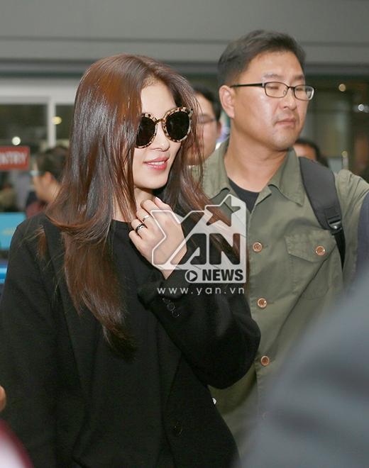 Mặc dù trải qua chuyến bay dài nhưng Ha Ji Won luôn nở nụ cười thân thiện với người hâm mộ