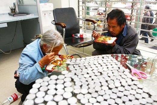 """Ông cho biết: """"Chúng tôi là vợ chồng, từ An Huy hành khất tới đây"""". Tên ông là Cao Quảng Lâm năm nay 49 tuổi, vợ của ông là Giang Phương năm nay 54 tuổi. Gia đình có 6 mẫu ruộng nhưng vì hạn hán mất mùa, khó khăn quá chẳng có đường làm ăn lên đành phải đi ăn xin như thế này."""