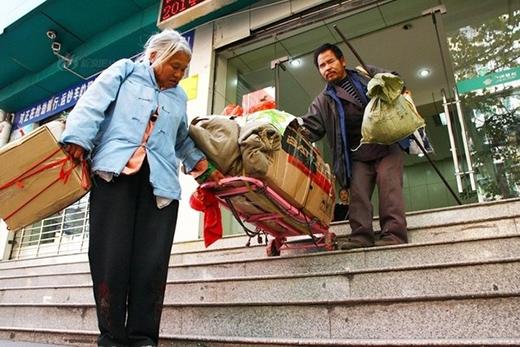 Sau khi đổi xong tiền 2 vợ chồng kéo theo những bao tải rời khỏi ngân hàng, sau đó gửi tiền đó gửi về quê cho con đóng học phí.