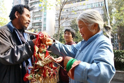 Một người đi đường tốt bụng đang xem những túi thơm do ông bà làm.