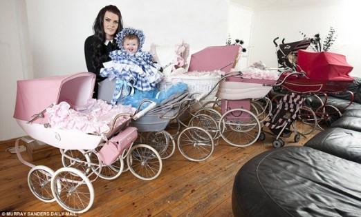 Bộ chín chiếc xe đẩy có giá gần 50 triệu đồng của bé gái 5 tháng tuổi.