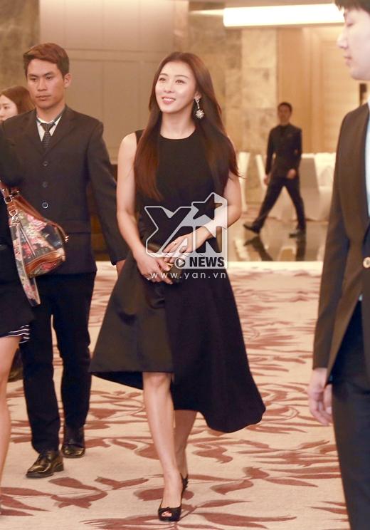"""Ha Ji Won vẫn trung thành với đồ đen """"nguyên cây"""""""