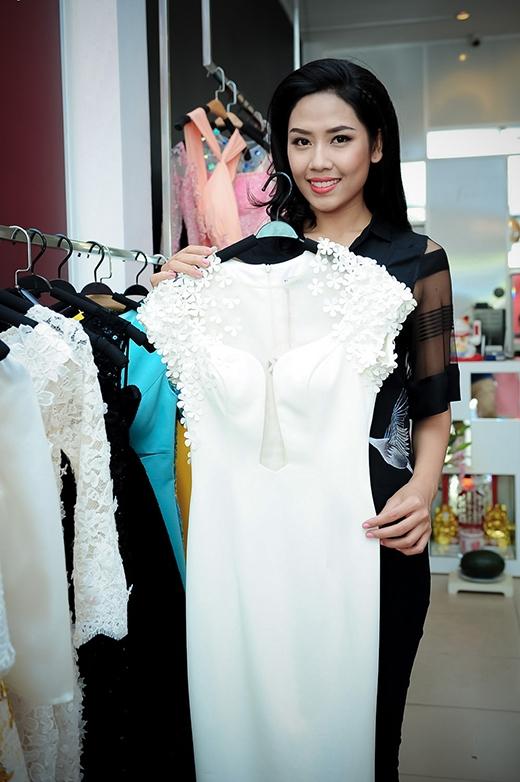Hoa hậu Nguyễn Thị Loan tỏ ra rất thích thú và hài lòng trước trang phục nhà thiết kế Lê Thanh Hòa - Tin sao Viet - Tin tuc sao Viet - Scandal sao Viet - Tin tuc cua Sao - Tin cua Sao