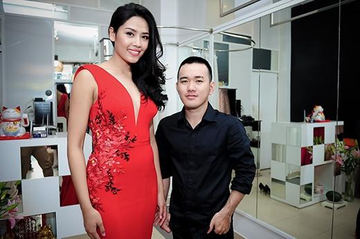 Hoa hậu Nguyễn Thị Loan và nhà thiết kế Lê Thanh Hòa hợp tác rất ăn ý. - Tin sao Viet - Tin tuc sao Viet - Scandal sao Viet - Tin tuc cua Sao - Tin cua Sao
