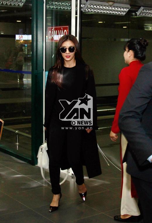 Hạ cánh xuống sân bay Nội Bài vào lúc 21h40, tầm 22h giờ Ha Ji Won đã xuất hiện trước mặt người hâm mộ
