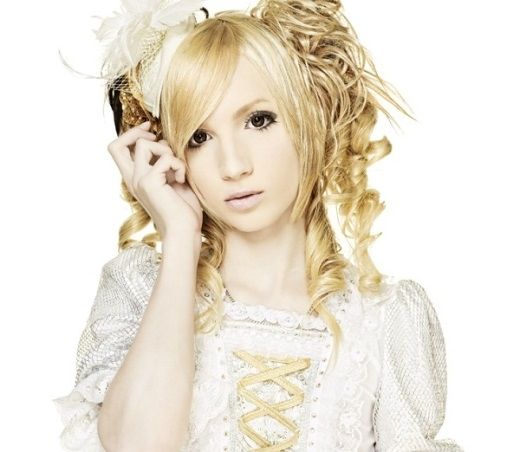 Nam ca sĩ 'xinh gái' Yohio.