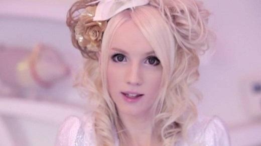 Đôi mắt to tròn, làn da trắng hồng khiến nhiều người nhầm tưởng Yohio là con gái đích thực.