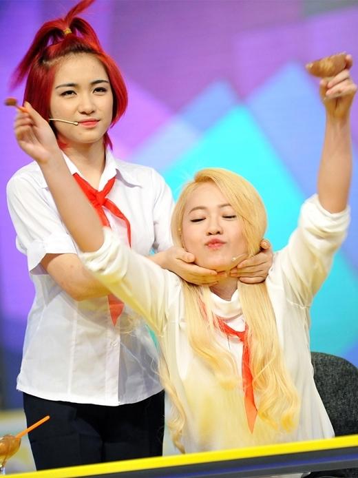 Hòa Minzy giúp đỡ giữ tóc cho MiA, khiến cho cô nàng trở nên phân tâm.