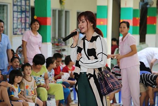 Tia Hải Châu tập hát cùng các trẻ em khuyết tật.