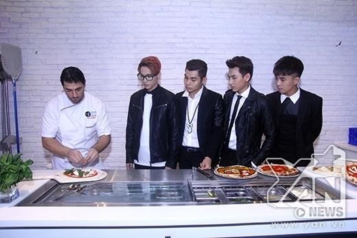 Các chàng trai chăm chú lắng nghe hướng dẫn từ bếp trưởng - Tin sao Viet - Tin tuc sao Viet - Scandal sao Viet - Tin tuc cua Sao - Tin cua Sao