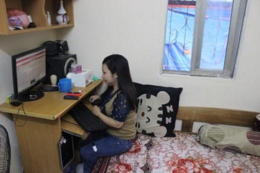 Chị Hương tự mày mò, sử dụng máy vi tính để rao, bán hàng.