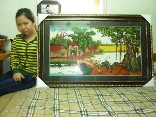 Những bức tranh được trang trí bằng giấy do Hương làm ra.