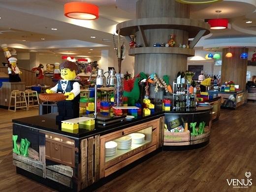 Các nhân vật Lego có mặt ở khắp mọi nơi, chẳng hạn như ở khu buffet