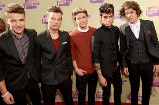 One Direction tham dự 2012 MTV Video Music Awards. Zayn lần đầu khoe mái tóc xoăn vàng mới của mình