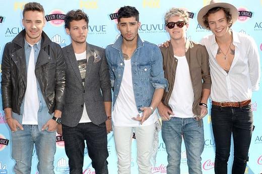 One Direction tham dự Teen Choice Awards 2013. Harry bắt đầu niềm đam với những chiếc mũ rộng vành.