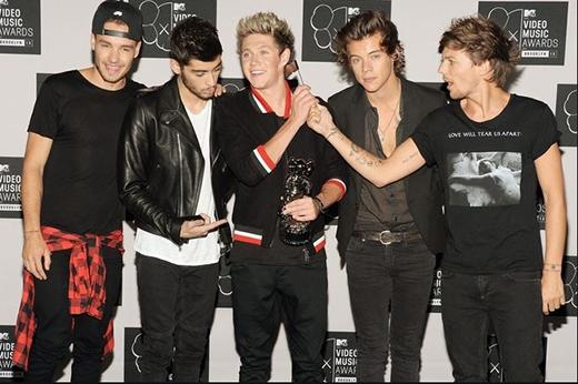 Bộ trang phục của Liam rõ ràng được lấy cảm hứng từ Justin Bieber tại 2013 MTV Video Music Awards.