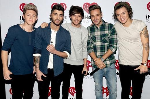One Direction tại bữa tiệc phát hành album ở iHeartRadio vào ngày 22/11/2013. Harry đã phát hiện ra thêm công dụng của chiếc khăn choàng là làm băng cài đầu.