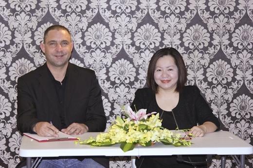 Bà Lê Thị Quỳnh Trang – Chủ tịch Vietnam International Fashion Week, đồng thời là Tổng giám đốc Công ty Multimedia JSC – nhà tổ chức chương trình, và ông Jason Baumann – Giám đốc Công ty quản lý và đào tạo người mẫu BeU Models – nhà tài trợ chính của chương trình.