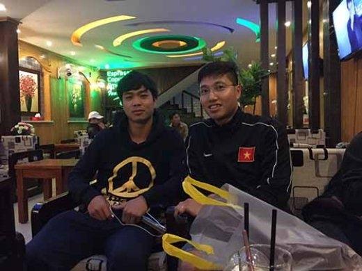 Công Phượng (trái) và phóng viên Báo Người Lao Động ở Gia Lai tối 17-11. Ảnh: Minh Ngọc