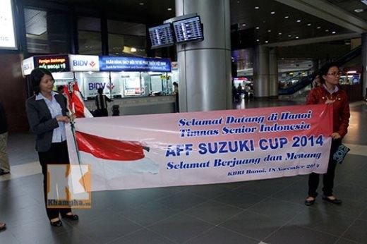 Số ít CĐV Indonesia ra sân bay Nội Bài chào đón thầy trò HLV Alfred Riedl