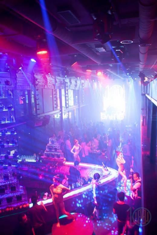 Trung tâm của những buổi tiệc âm nhạc sôi động chính là không gian VIP Lounge được dẫn dắt bởi các DJ trẻ đầy tài năng và bản lĩnh.
