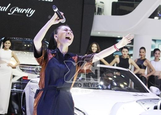 Nữ ca sĩ thể hiện bản hit Đường Cong bên dàn chân dài đình đám của showbiz. - Tin sao Viet - Tin tuc sao Viet - Scandal sao Viet - Tin tuc cua Sao - Tin cua Sao