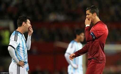 Ronaldo và Messi cùng rời sân sau hiệp 1 và đều không ghi bàn thắng