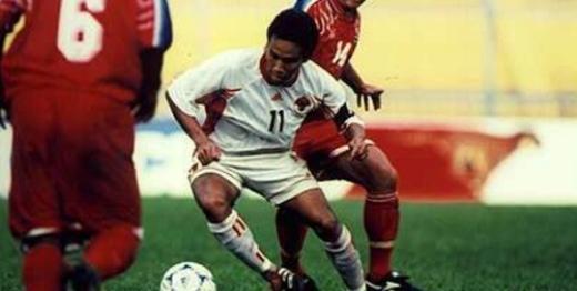 Pha phản lưới nhà của Effendi biến trận đấu Indonesia (trắng) - Thái Lan tại Tiger Cup 1998 thành nỗi ô nhục của bóng đá Đông Nam Á. Ảnh: Bola