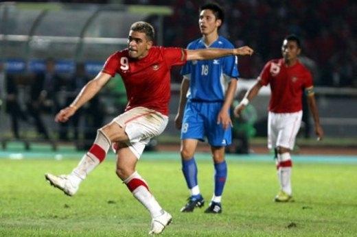 Không có sân thi đấu đạt tiêu chuẩn, Philippines (xanh) buộc phải đá cả hai trận đấu bán kết AFF Cup 2010 với Indonesia tại thủ đô Jakarta.