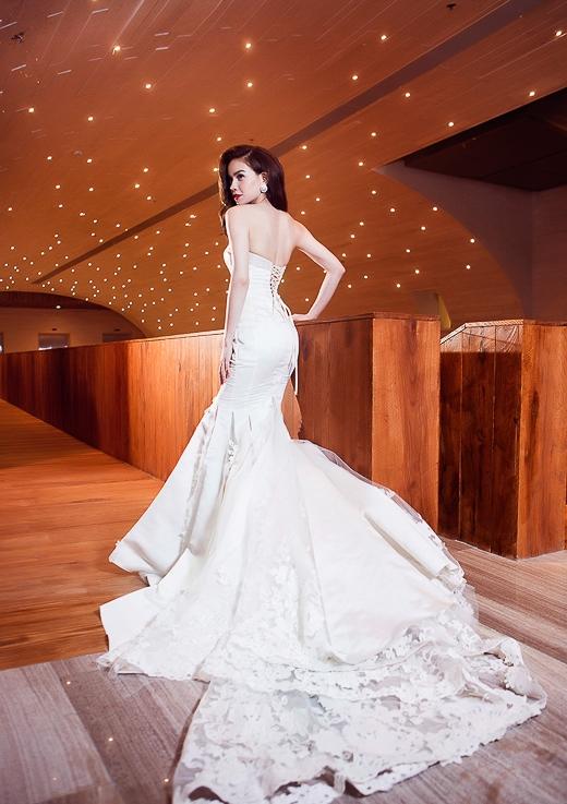 Trong bộ ảnh, Hồ Ngọc Hà mặc váy cưới đuôi dài lộng lẫy và gợi cảm. - Tin sao Viet - Tin tuc sao Viet - Scandal sao Viet - Tin tuc cua Sao - Tin cua Sao