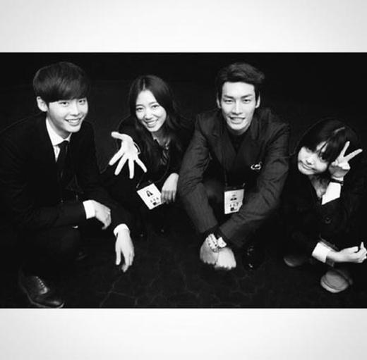 Kim Young Kwang khoe hình nhí nhảnh bên Lee Jong Suk, Park Shin Hye và Lee Yoo Bi trên phim trường Pinocchio