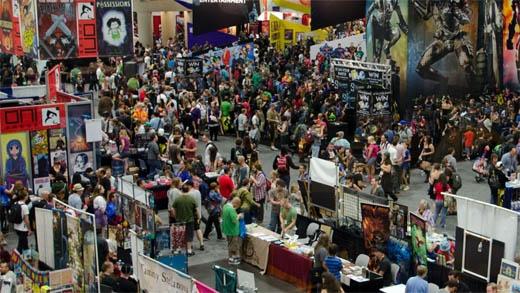Các gian hàng tấp nập khán giả đến tham quan và mua sắm