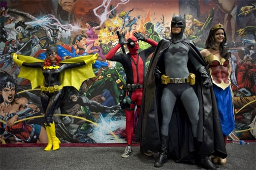 Khán giả chụp hình tại backdrop của các siêu anh hùng