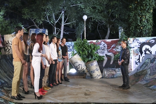 GK Nam Trung truyền đạt cho các thí sinh ý tưởng của buổi chụp hình.