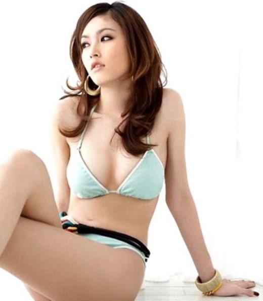 Cô từng rất nổi tiếng trên mạng khi chụp những bộ ảnh mặc bikini khoe vóc dáng thanh mảnh, cân đối.