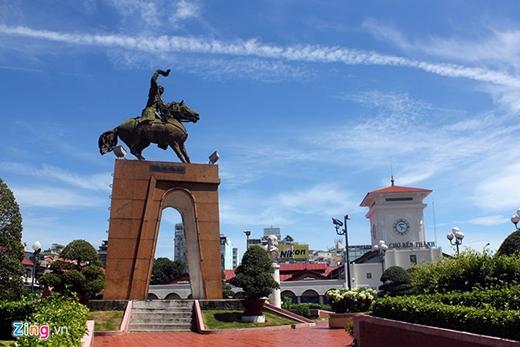 Tượng đài Trần Nguyên Hãn tại vòng xoay Quách Thị Trang là một trong những biểu tượng đẹp của TP.HCM trước khi có dự án di dời.