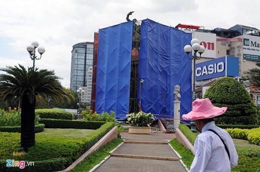 Để phục vụ công trình Metro, tượng sẽ được di dời đến địa điểm khác. Nhiều người dân tỏ ra tiếc nuối với công trình lịch sử này.