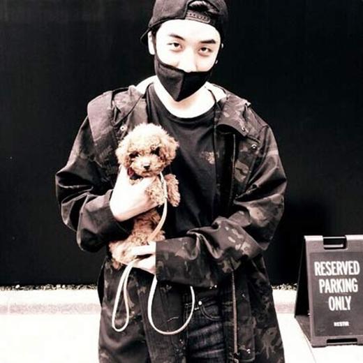 Seungri cập nhật tình hình cho fan sau tai nạn, anh chàng vui vẻ ôm chú cún khiến fan vô cùng thích thú.