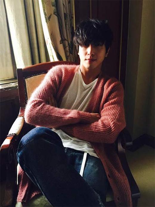 Yonghwa khoe hình mới nhất với tâm trạng cực ký tốt, trưởng nhóm CN Blue cười nhẹ và chia sẻ trên trang cá nhân: 'Yo~'