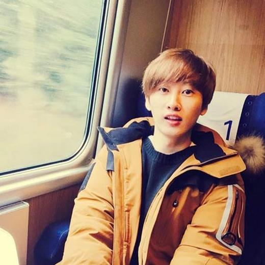 Mặc dù ở xa, nhưng Eunhyuk đã gửi lời chúc mừng đến em út Kyuhyun khi anh đoạt no.1 trên sân khấu âm nhạc, Eunhyuk viết: 'Kyu à! Em được no.1 sao? Anh đang đi du lịch, hình của anh Teukkie chụp đẹp lắm. Kyu à! Chúc mừng At Gwanghwanmun nhé'.