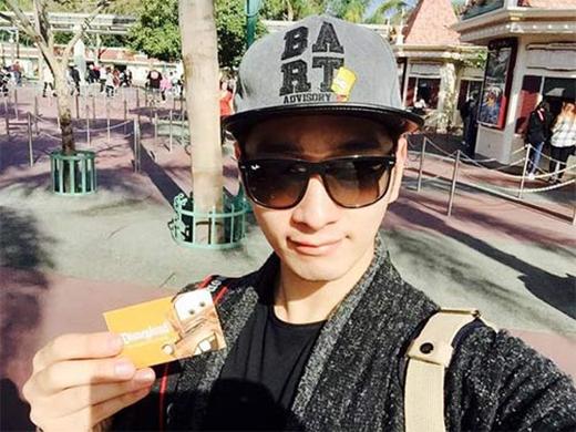 Em út của 2PM - Chansung hào hứng khi được đi chơi tại Disneyland, anh chàng không kiềm được cảm xúc ở nơi hạnh phúc nhất trên trái đất này: 'Tôi đã đi Disneyland rồi nè'.
